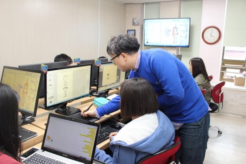 어린이과학동아 김문식 작가가 예비 웹툰작가를 직접 지도하고 있다. - 어린이과학동아 제공